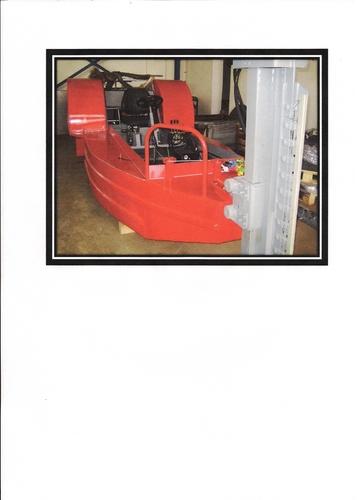 Žací loď s motorem s mechanickým ovládáním žací lišty - nahrazena žací lodí s hydraulickým pohonem kol a ovládání lišty
